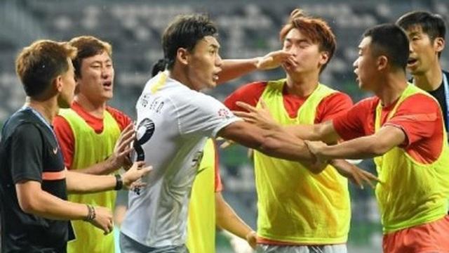 Bị nợ lương, tuyển thủ Trung Quốc cay cú đánh nhau với đối phương, phải nhận án phạt nặng