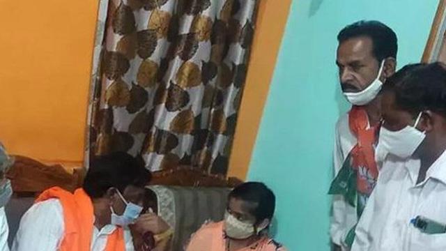 Trớ trêu khi một quan chức ở Ấn Độ đến chia buồn nhầm nhà, khiến cả gia đình hoảng hốt