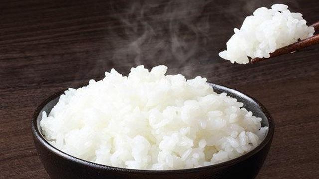 Nấu cơm chỉ cho nước đun chưa đủ, muốn dẻo thơm, trắng bông nhớ cho thêm 2 loại gia vị này