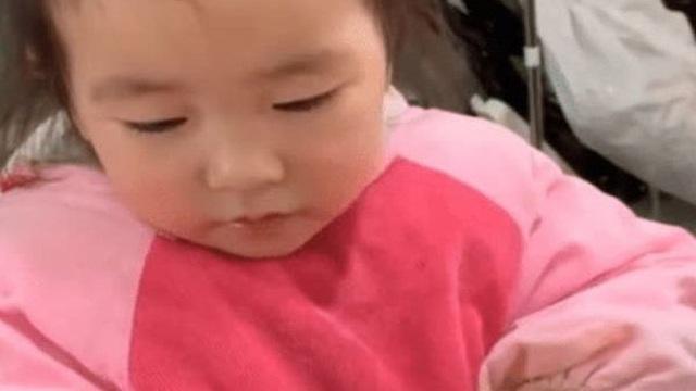 Lần đầu tiên được gặm chân gà, bé 3 tuổi có biểu cảm lạ, lập tức khuấy đảo mạng xã hội