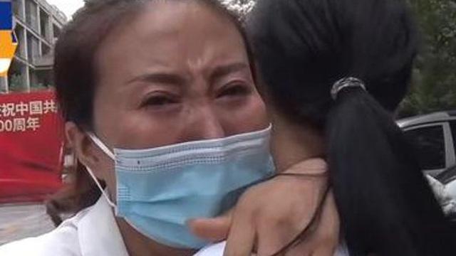 Con gái 12 tuổi có thái độ lạ thường, người mẹ khóc hết nước mắt khi phát hiện bí mật khủng khiếp dưới tay áo