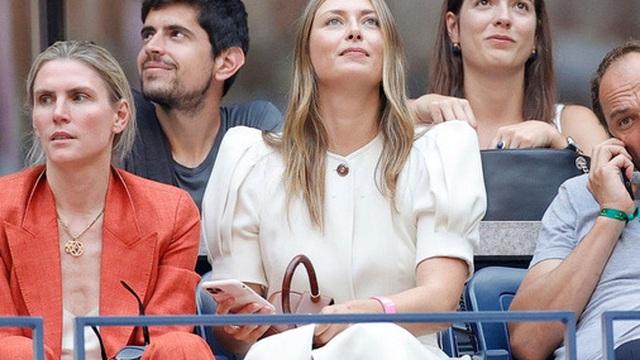 """Hoa khôi Sharapova và dàn sao hạng A Hollywood chứng kiến Djokovic bật khóc, gục ngã """"trước ngưỡng cửa thiên đường"""""""
