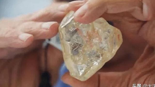 """Ngư dân tìm thấy viên kim cương 34 carat, đem bán với giá 270.000 NDT, tưởng """"hời lớn"""" ai ngờ lại gặp họa"""