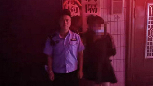 Dũng cảm đi báo án bị cưỡng hiếp, cô gái không được giải quyết lại còn bị cảnh sát bắt ngược vì cú twist lắt léo không ai ngờ