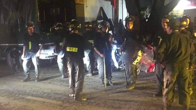 2 nhóm thanh niên rượt đuổi truy sát nhau kinh hoàng trên phố, 1 người bị dao phóng trúng đầu tử vong