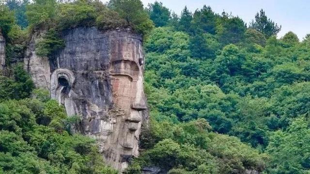 Tượng Phật đá khổng lồ hòa mình với thiên nhiên khiến khách tham quan thán phục - Kết cục lại bị 'quay lưng'!