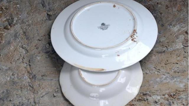 Đang vui vì khai quật được cặp đĩa trong mộ cổ, chuyên gia lập tức 'sôi máu' khi đọc dòng chữ dưới đáy, thẳng tay ném vỡ đĩa đi!