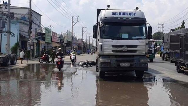 Tránh vũng nước trên đường, xe máy va chạm container, 2 mẹ con thương vong