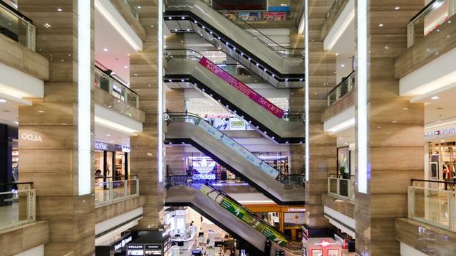 CLIP: Trung tâm thương mại mở cửa, người dân Hà Nội phấn khởi vào mua sắm