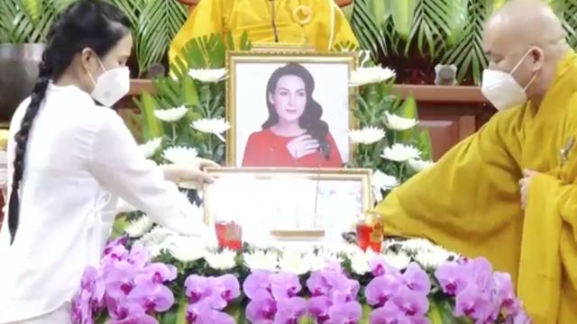 Chạnh lòng khoảnh khắc con gái nuôi của Phi Nhung thay mẹ nhận bằng tuyên dương trong lễ cầu siêu