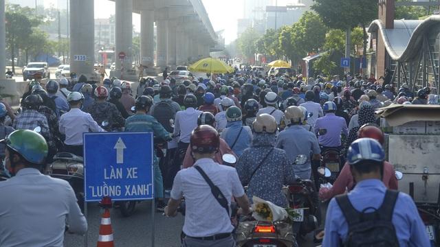 Thủ tướng yêu cầu 10 tỉnh thành phía bắc sẵn sàng hỗ trợ Hà Nội chống dịch. Hà Nội tiếp tục cho dùng giấy đi đường cũ