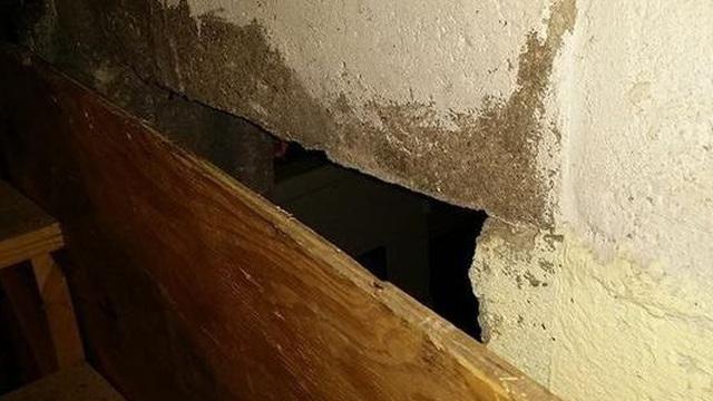Phát hiện 1 cánh cửa bí mật trong căn nhà vừa mua, tò mò mở ra, cảnh tượng bên trong khiến nam thanh niên giật mình sửng sốt
