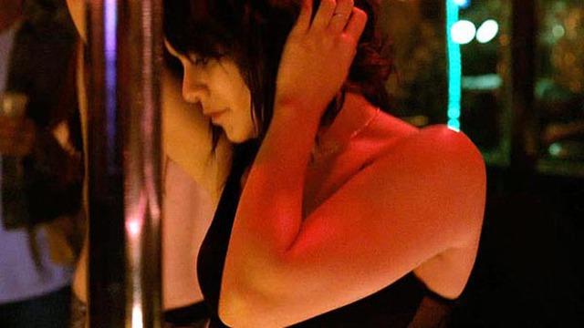 Vanessa Hudgens mặc nội y múa cột