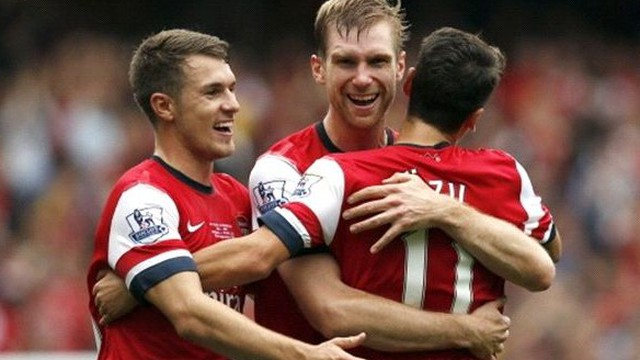 """""""Phiên chợ Đông"""" ảm đạm của Arsenal"""