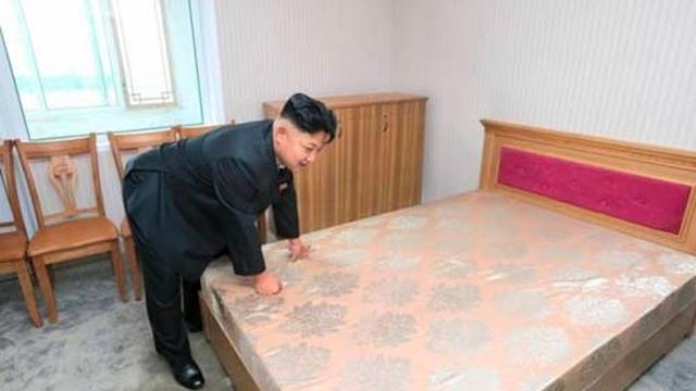 Kim Jong-un tận tay kiểm tra giường đệm cho cán bộ