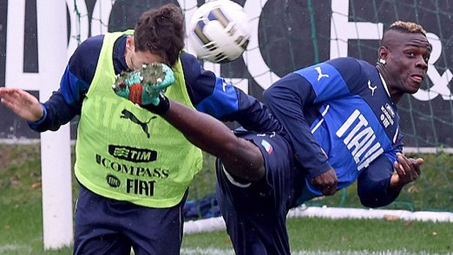 """Chán đấm bốc, Balotelli """"quậy"""" theo phong cách Lý Tiểu Long"""
