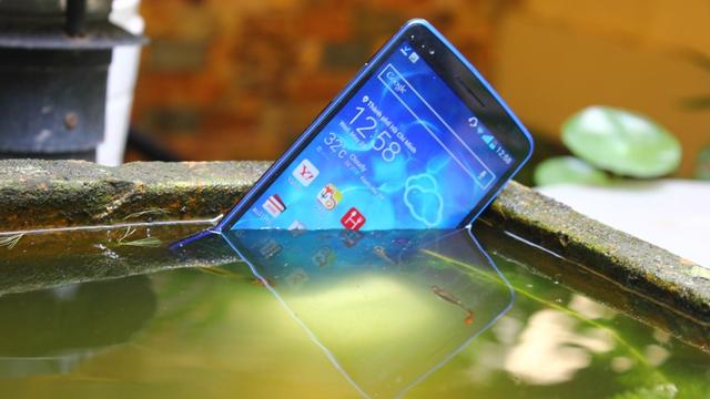 Cận cảnh LG G2 dành riêng cho Nhật Bản với màu xanh cực đẹp