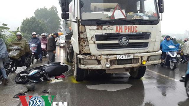 Hà Nội: Văng vào gầm xe bồn, cháu nhỏ thoát chết ngoạn mục