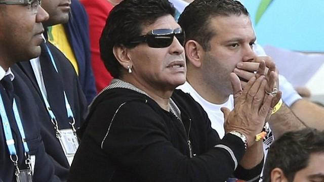 Chán ăn chơi phè phỡn, Maradona trở lại nghiệp cầm quân