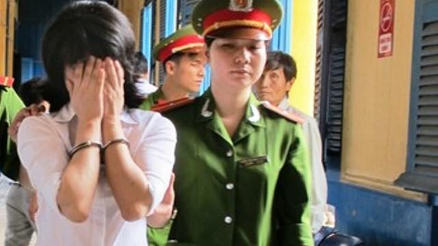 Cô gái Thái Lan ôm mặt khóc rưng rức sau khi tòa y án tử hình