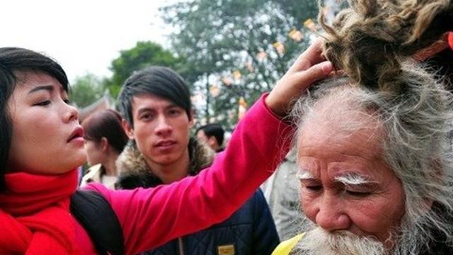 """""""Dị nhân tóc rồng"""" kiếm bộn tiền mừng tuổi ở hội Lim"""