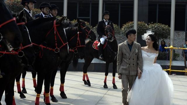 Dân tình choáng vì lễ rước dâu bằng xe sang và đội kỵ mã