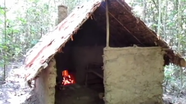 1 mình xây nhà trong rừng chỉ bằng... tay không!