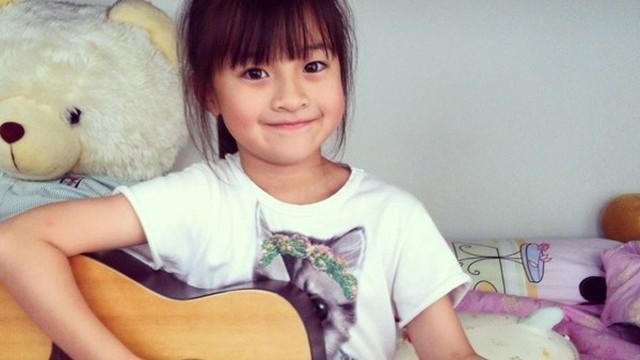Nhóc tì 8 tuổi xinh yêu như búp bê, đàn, hát điêu luyện