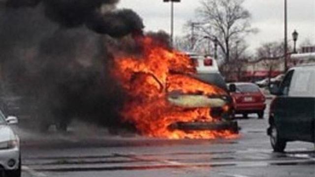 Bác sĩ và y tá chạy đến nơi an toàn, bỏ mặc trẻ sơ sinh trong chiếc xe phát nổ