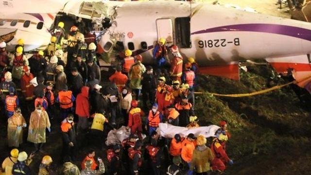 Thi thể phi công Đài Loan bám chặt cần lái của máy bay