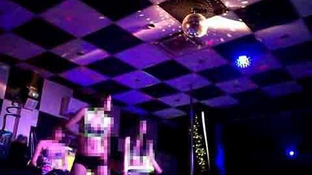 Nhảy múa khêu gợi để câu khách tại cà phê DJ