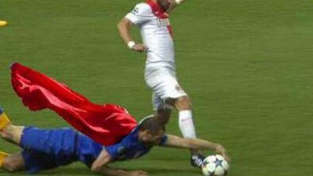 Nạn nhân cũ của Suarez khoe kỹ năng kỳ quặc