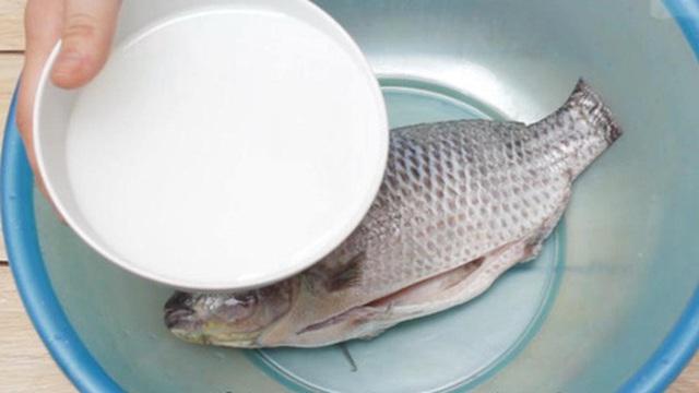 Nhiều người vẫn làm cách này để loại bỏ vi khuẩn trên thực phẩm nhưng thực tế lại không có tác dụng