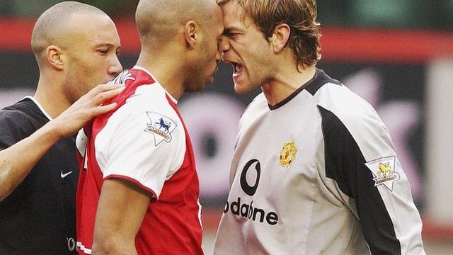 """Huyền thoại Arsenal bất ngờ """"xúi giục"""" Man United"""