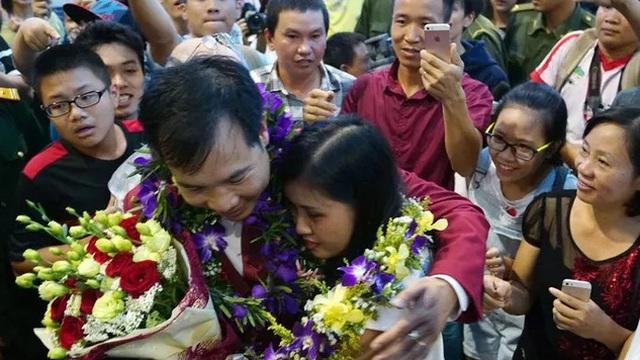 Hoàng Xuân Vinh ôm chặt vợ trong phút giây hội ngộ