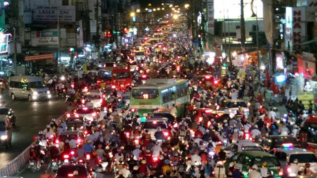 Người dân về quê nghỉ Tết Dương lịch, giao thông Sài Gòn ùn ứ kéo dài