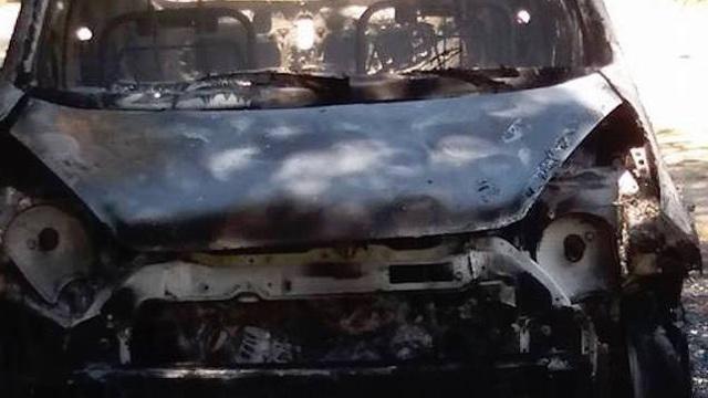 Tài xế cuống cuồng mở cửa ô tô thoát ra ngoài khi xe cháy bất ngờ