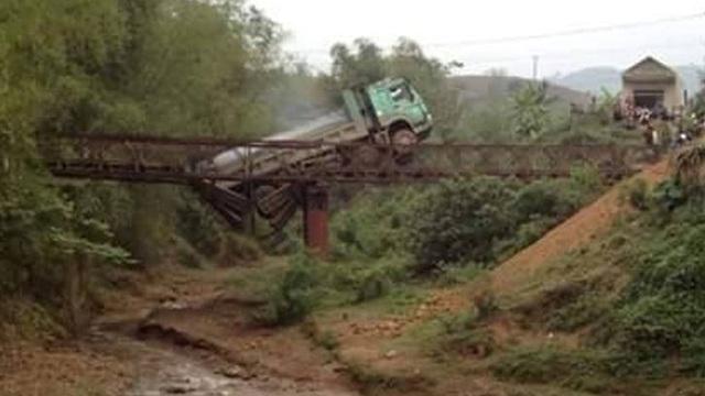 Cái kết cho tài xế liều lĩnh điều khiển xe quá tải qua cầu