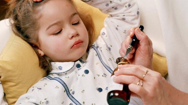 Chuyên gia: 6 sai lầm gây hại nghiêm trọng khi cho trẻ uống thuốc