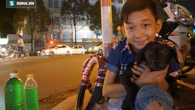 """Bà lão bán xăng, đứa bé 12 tuổi và con chó """"giá bao nhiêu cũng không bán""""!"""