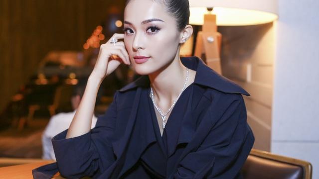 Bạn gái Cường Đô la chơi sang, đeo kim cương trị giá tỷ đồng