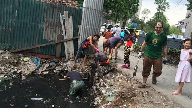 Nhìn trai Tây dọn rác ở Hà Nội: Đừng bắt tôi phải xấu hổ!
