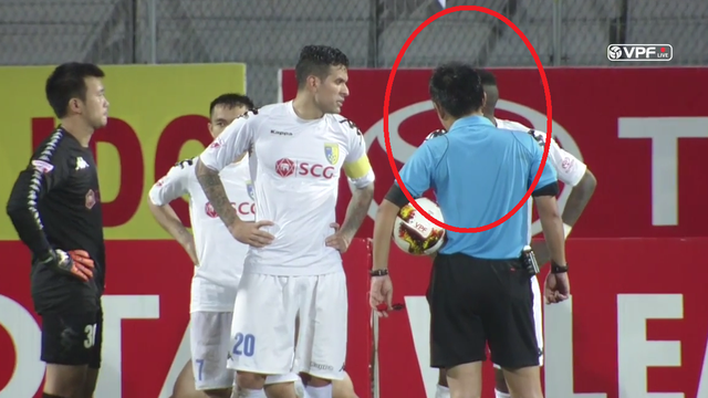"""Sếp Ban trọng tài nói gì vụ ông Hiền Triết """"tâm sự"""" với cầu thủ Hà Nội FC?"""
