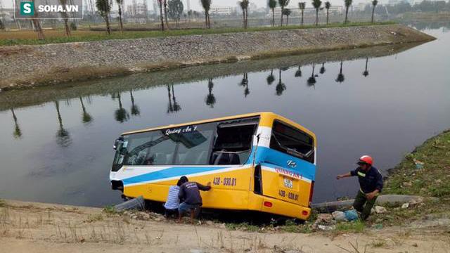 Đà Nẵng: Xe tải húc văng xe buýt rơi xuống sông