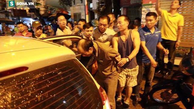 Hà Nội: Đâm hàng xóm trọng thương, chạy về nhà đóng cửa cố thủ