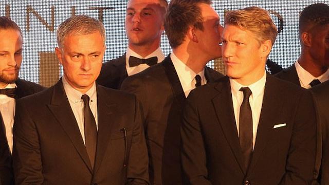 """2 tháng sau khi rời Old Trafford, cựu sao Man United hé lộ chuyện Mourinho bị """"giật dây"""""""