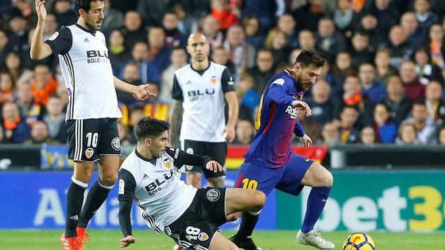 """Bị trọng tài """"cướp trắng"""" bàn thắng, nhưng Messi vẫn cứu sống Barcelona"""