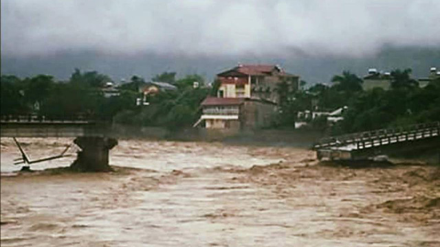 Nước lũ mạnh làm sập cầu ở Yên Bái, 1 phóng viên TTXVN bị cuốn trôi