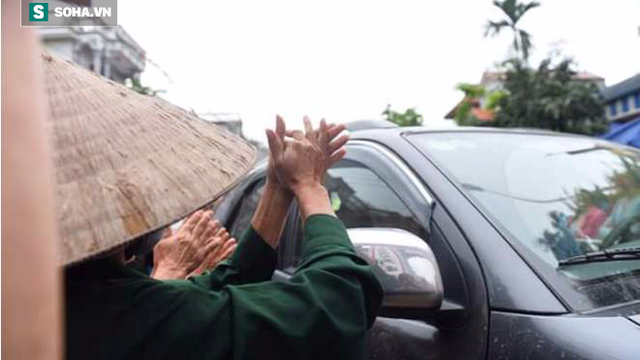Người dân Đồng Tâm cầm hoa, vỗ tay hoan hô, mừng Chủ tịch Chung về đối thoại