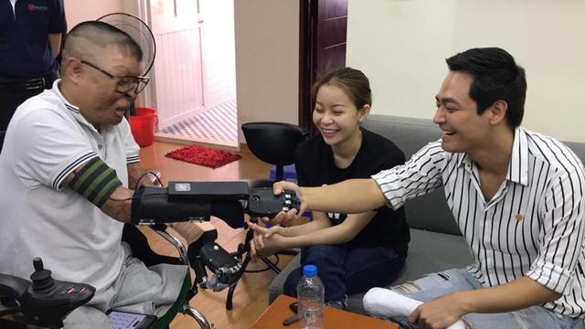 Chiến sỹ sống sót duy nhất sau vụ rơi máy bay ở Hòa Lạc nhận tay giả từ MC Phan Anh